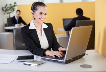 19380091-Friendly-customer-survice-employee-working-in-the-office-Stock-Photo